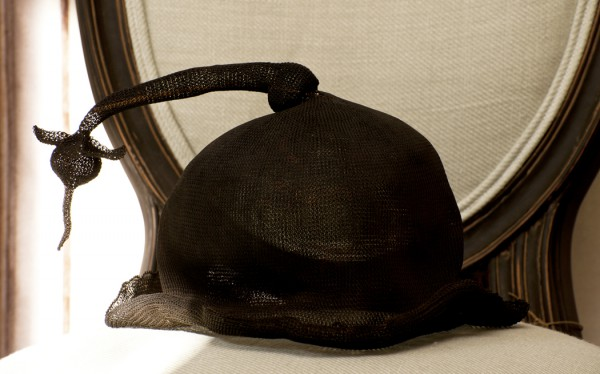 Stol med hatt på inredningsbutik Det franska testamentet i Stockholm