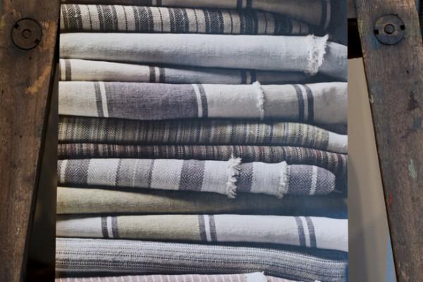Handdukar och dukar på Det franska testamentet, inredningsbutik i Stockholm