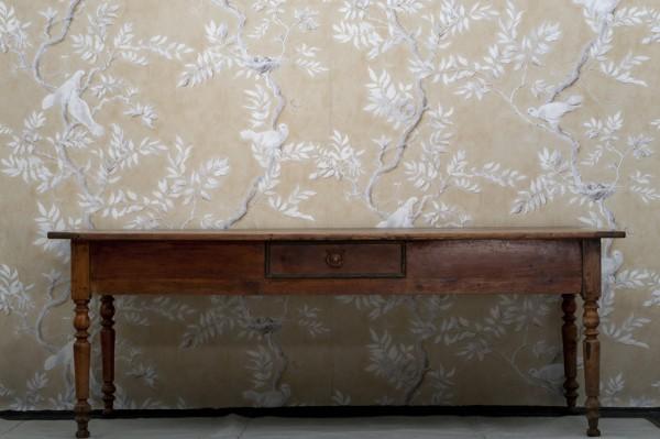 Bord med svartkantad låda