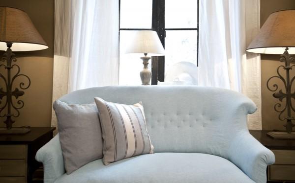 Aquablå soffa på Det franska testamentet, inredningsbutik i Stockholm